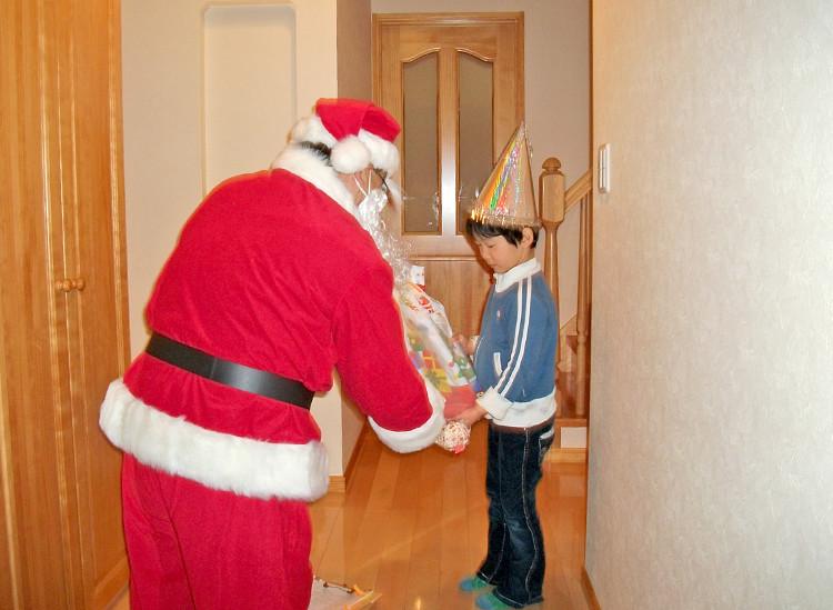 サンタによる家庭へのクリスマスプレゼント宅配事業の写真
