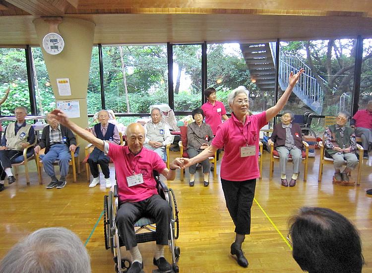 ボランティア訪問(車椅子ダンスの様子)の写真